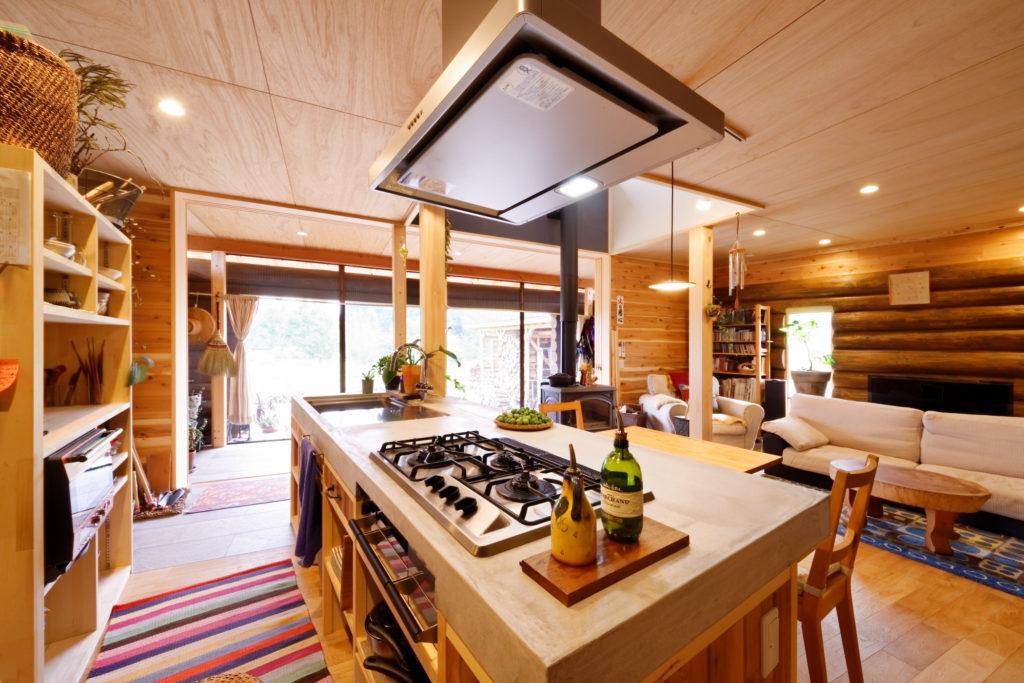 I型のモルタル仕上げのキッチンカウンター