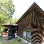和室の周りにはルーバーの壁、傾斜を利用した平屋