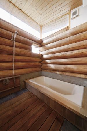 壁面丸太、床も木製のお風呂